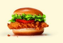 Hamburger z sałatą, kurczakiem i pomidorem