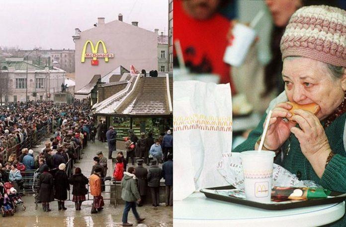 Kolejka przed McDonald's i starsza kobieta jedząca hamburgera