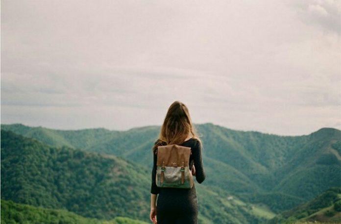 Dziewczyna z plecakiem na tle gór