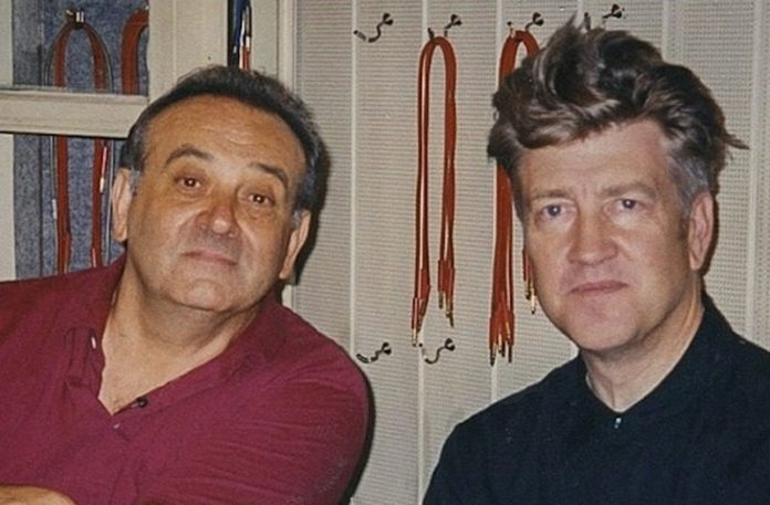 Dwóch starszych mężczyzn obok siebie