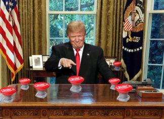 Trump za biurkiem z wieloma czerwonymi przyciskami z napisem launch