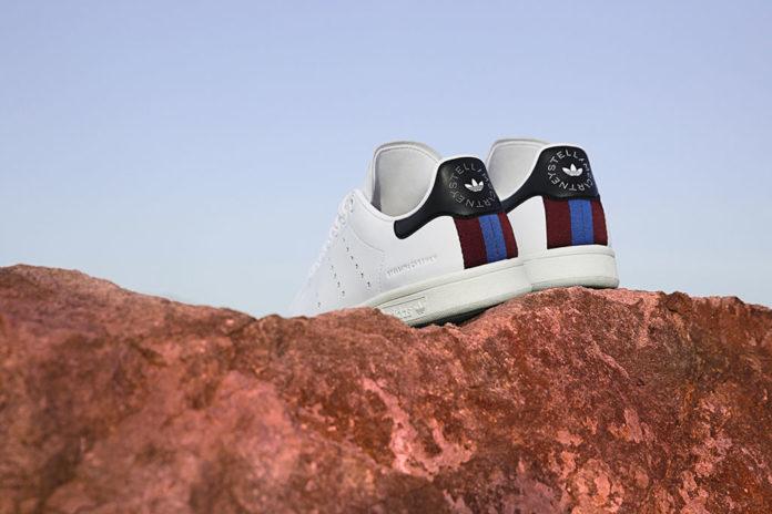 Na zdjęciu znajdują się białe buty na skale