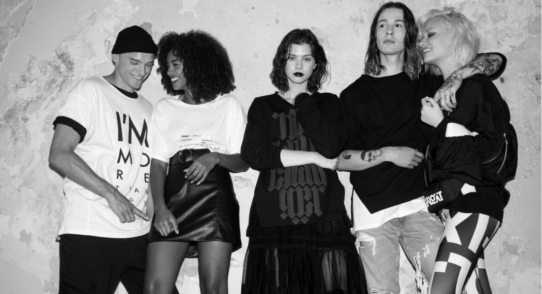 Czarno-białe zdjęcie przedstawiające piątkę młodych ludzi