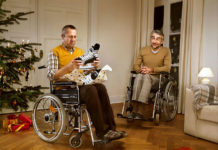 Para na wózkach inwalidzkich z łyżwami w ręku