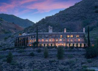 Dom na wzgórzu podczas zachodu słońca