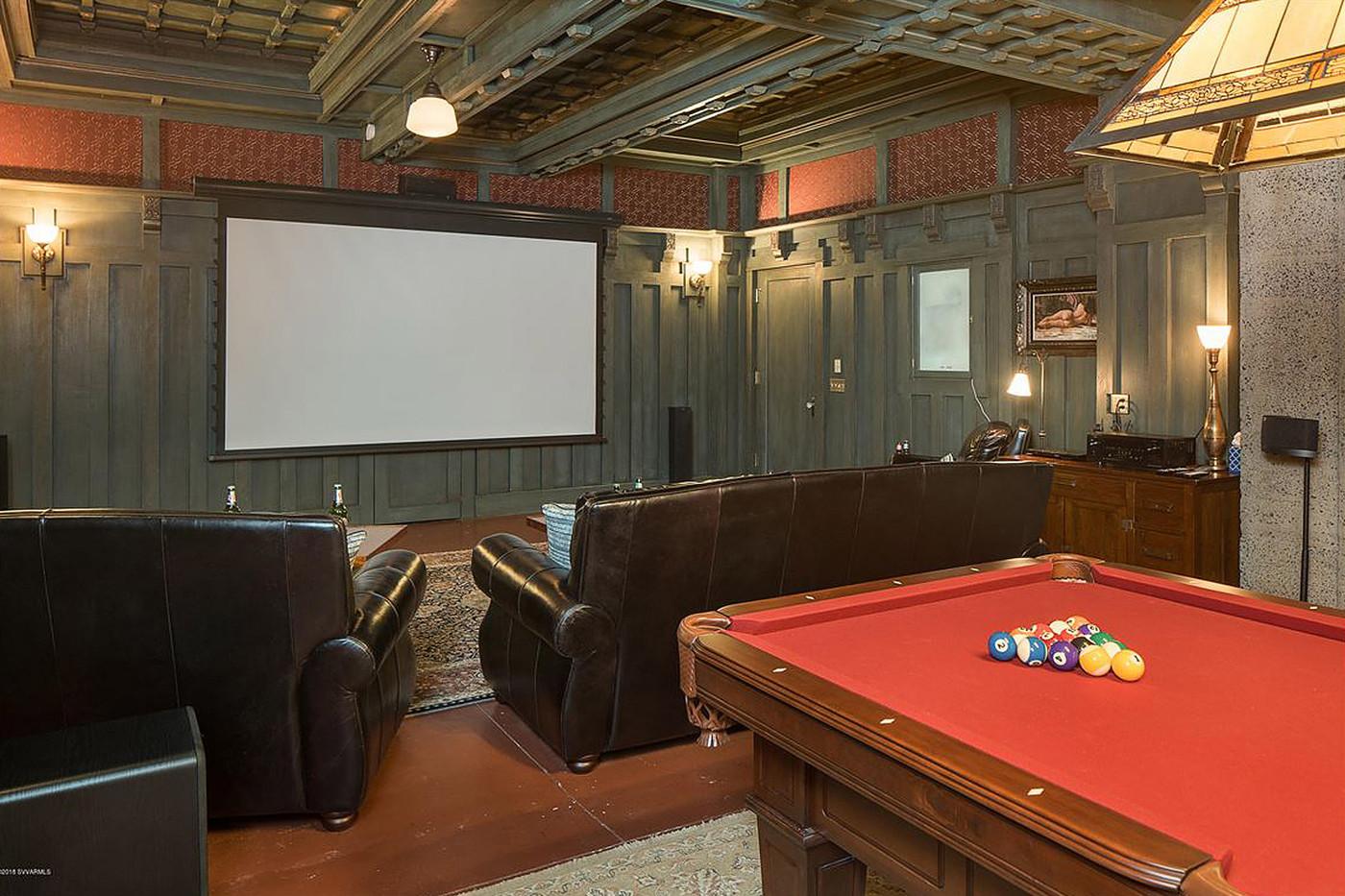 Pokój z salą kinową