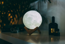 Lampa wyglądająca jak księżyc nocą