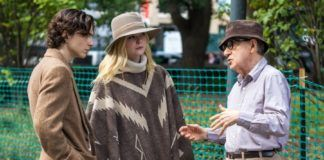Starszy meżczyna w koszuli i kapeluszu mówi coś do dziewczyny i chłopaka