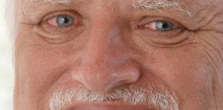 Zbliżenie na twarz mężczyzny z przekrwionymi oczami i szerokim uśmiechem