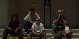 Grupka chłopaków siedząca na schodach