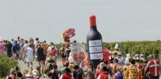 tłum ludzi i nadmuchana butelka wina