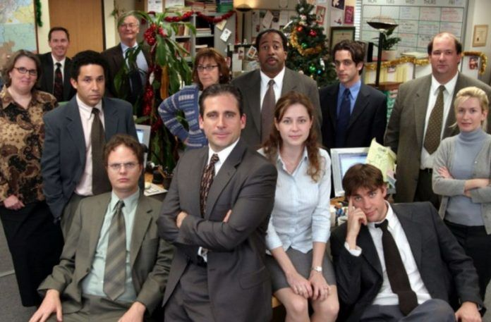 Grupa ludzi pozująca do zdjęcia w biurze