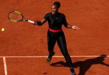 Na zdjęciu znajduje się czarnoskóra tenisistka ubrana w czarny, zabudowany strój.