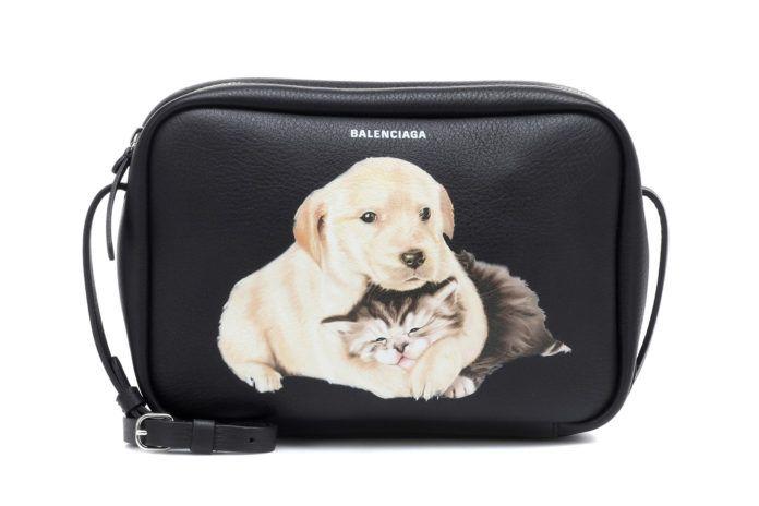 Czarna torebka z printem z kotem i psem