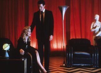 Kobieta i mężczyzna w czerwonym pokoju