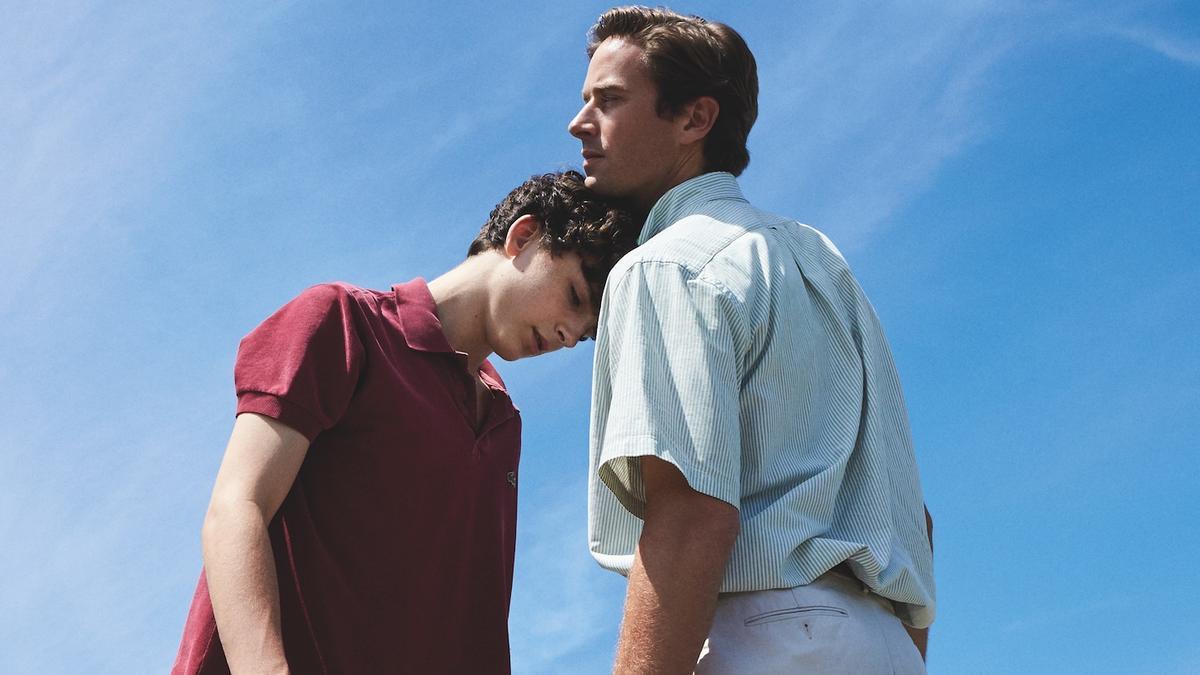 Chłopak opierający głowę na ramieniu mężczyzny