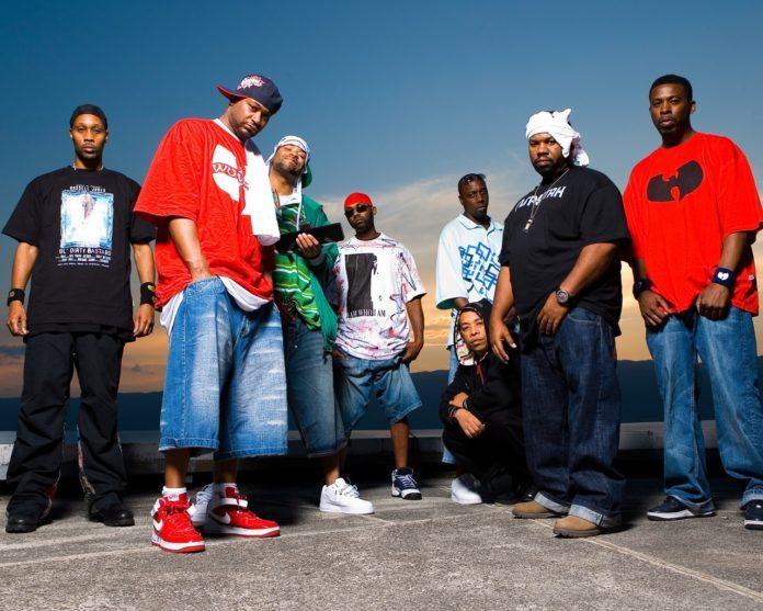 na zdjęciu widać grupę czarnoskórych mężczyzn i w luźnych, kolorowych ubraniach