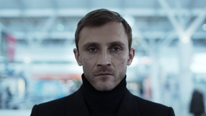 Mężczyzna ubrany na czarno