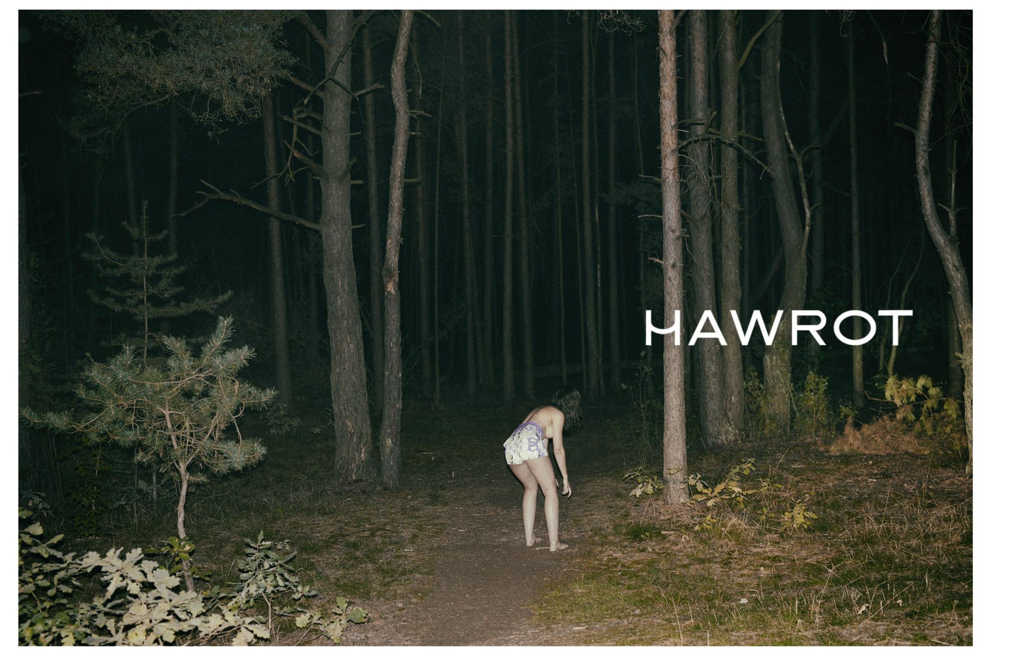 Dziewczyna stojaca w nocy w srodku lasu