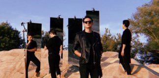 Trzech mężczyzn stojących na wydmie