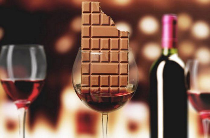 Kieliszek wina z tabliczką czekolady w środku
