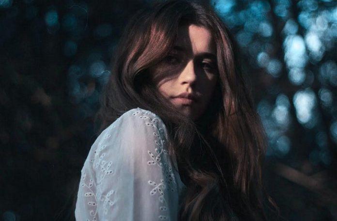 Dziewczyna w błękitnej sukience z rozpuszczonymi włosami