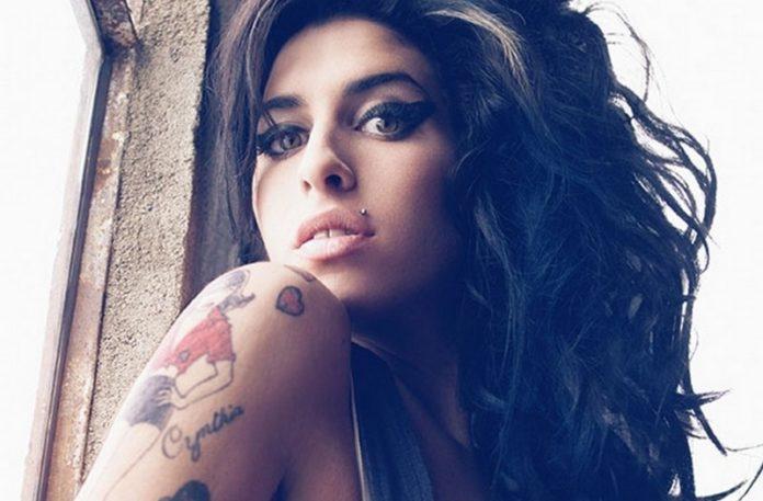 Dziewczyna z ciemnymi włosami i tatuażem na ramieniu