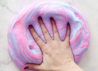 ręka w kolorowym slime