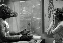 Kobieta stojąca naprzeciwko człowieka-aligatora