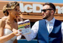 Para w strojach ślubnych jedząca McNuggetsy