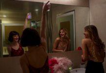 Dziewczyny szykujące się przed lustrem