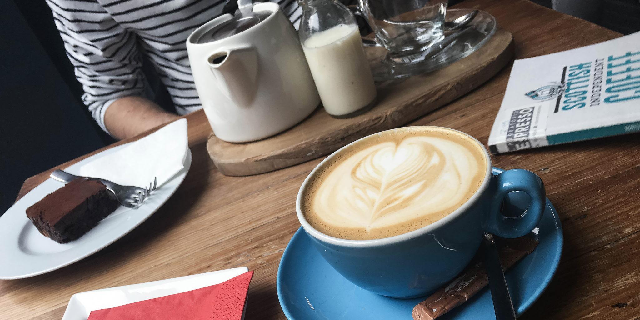 kawa na stole w kawiarni