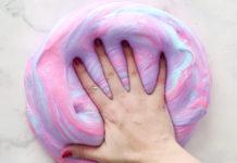 na zdjęciu widać dłoń oraz kolorową ciecz