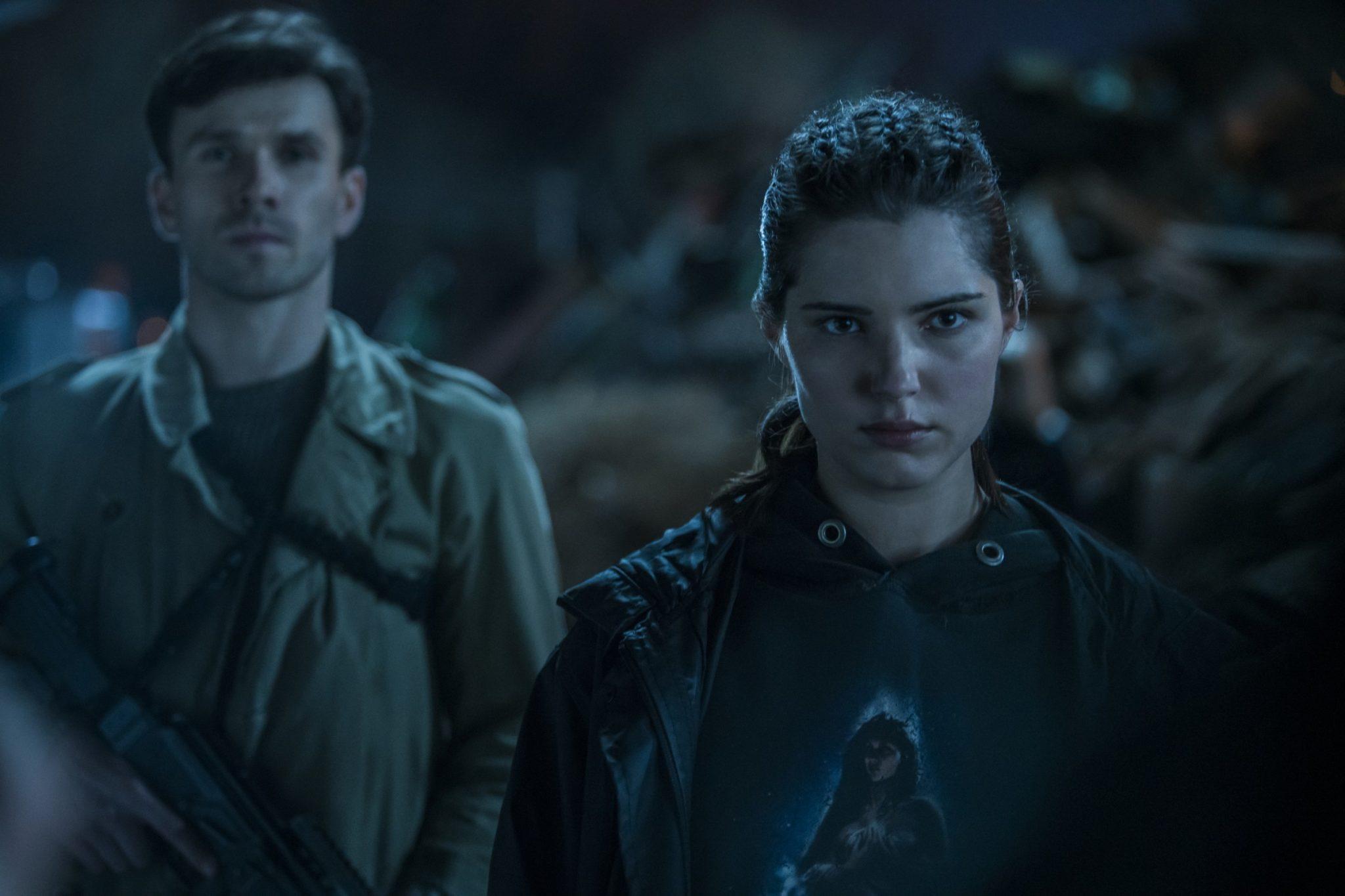 Kobieta i mężczyzna stojący w ciemności