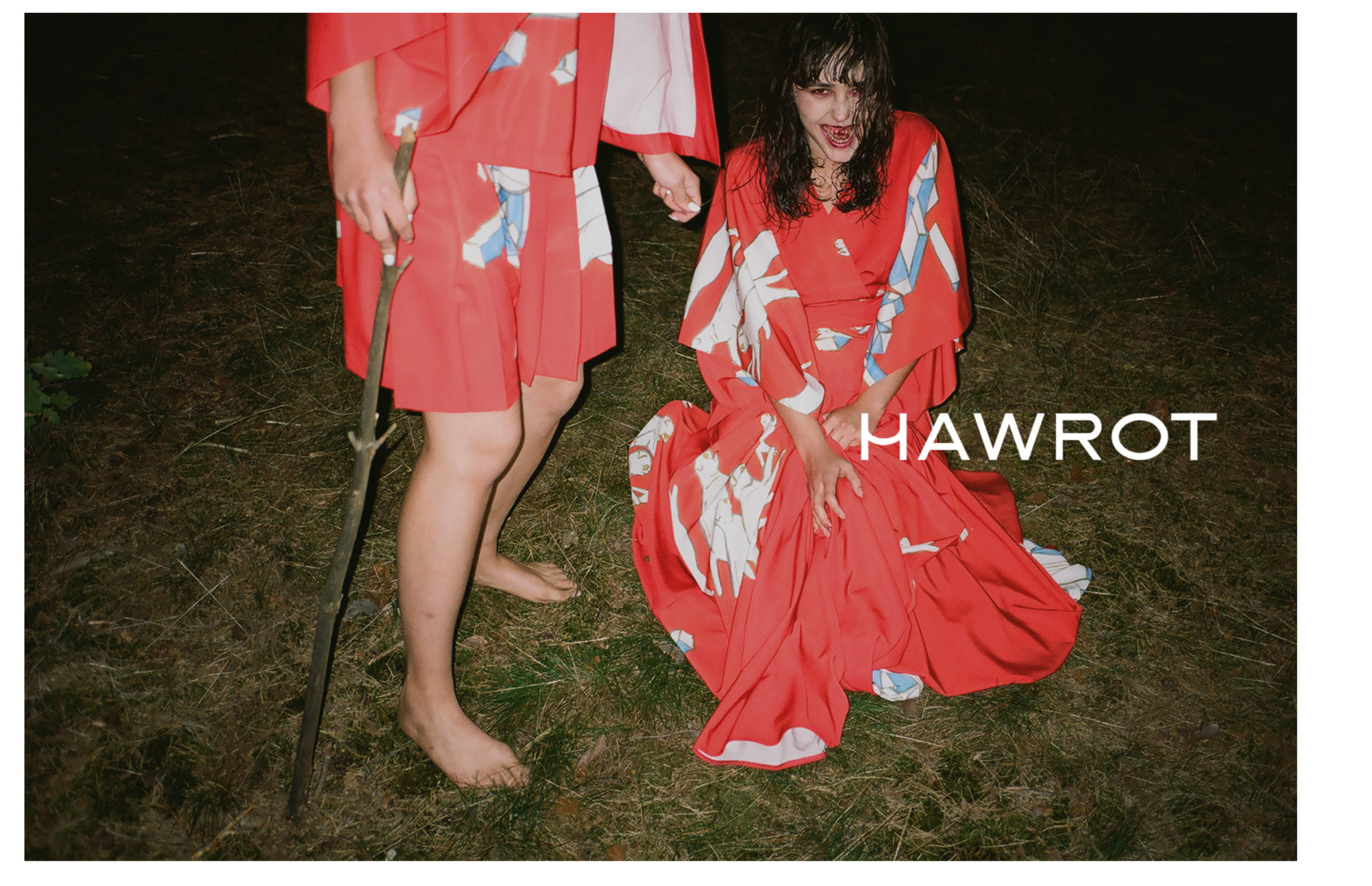 Dwie dziewczyny noca w lesie jedna widzimy w polowe druga wygladajaca jak wampir kleczy