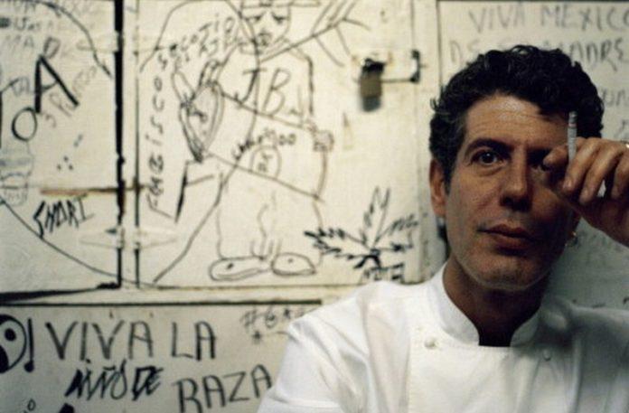 Mężczyzna w stroju kucharza z papierosem