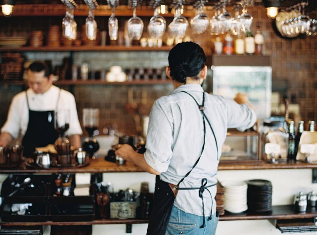 widok baristy od tyłu w kawiarni