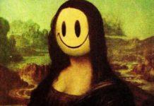 na obrazie znajduje się kobieta z uśmiechniętą, żółtą buzią zamiat twarzy
