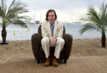 Mężczyzna siedzący w fotelu na plaży