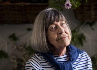 Starsza kobieta w siwych włosach i bluzce w paski