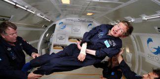 Człowiek na podkładzie statku kosmicznego bez grawitacji