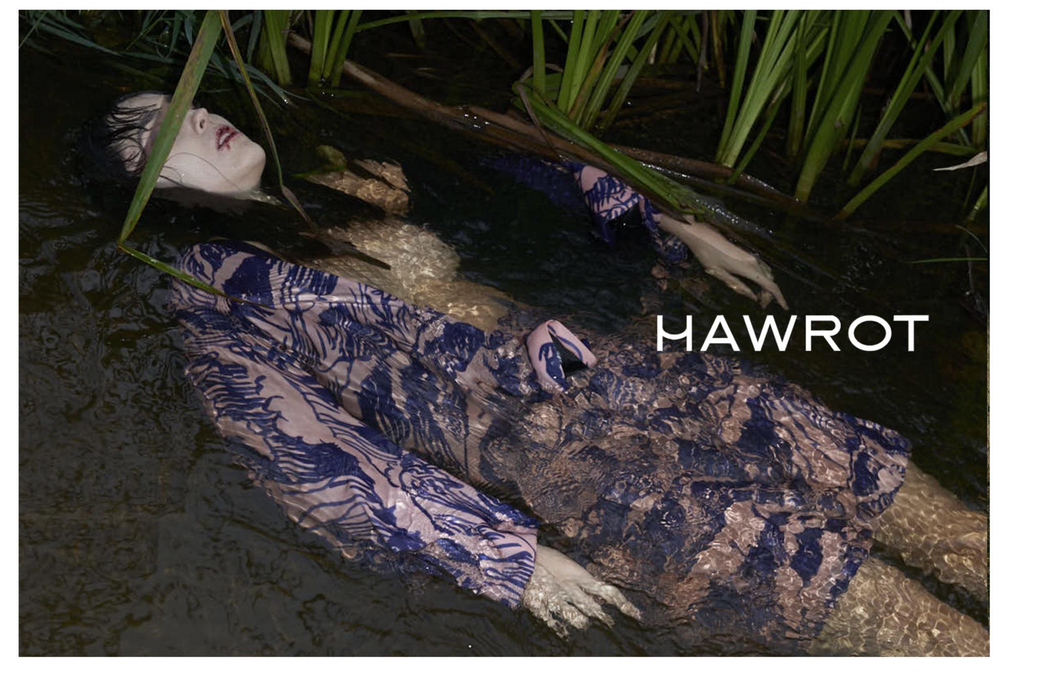Mloda dziewczyna wygladajaca na topielca lezy w rzece pelnej roslinnosci