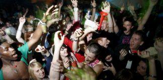 Grupa nastolatków na imprezie