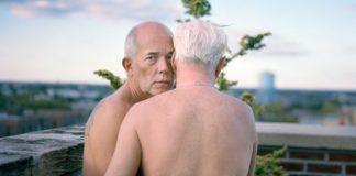 Nadzy starsi mężczyzni przytulający się