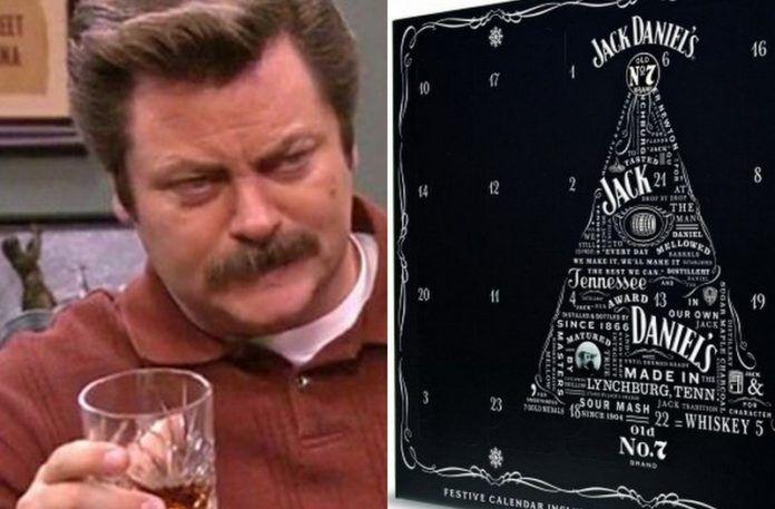 Mężczyzna ze szklanką whiskey i kalendarz adwnetowy