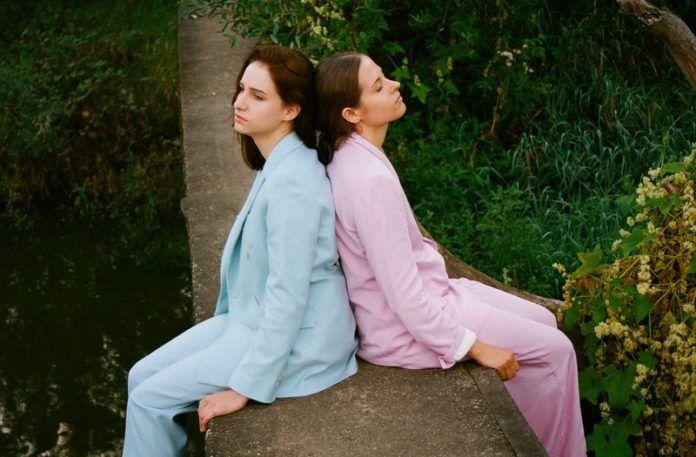 Dwie dziewczyny: jedna w turkusowym, druga w różowym garniturze