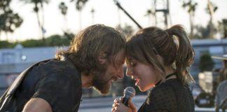 Mężczyzna z gitarą i kobieta trzymająca mikrofon