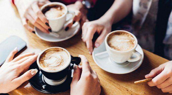 filiżanki kawy i dłonie