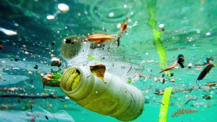 Śmieci pływające w wodzie