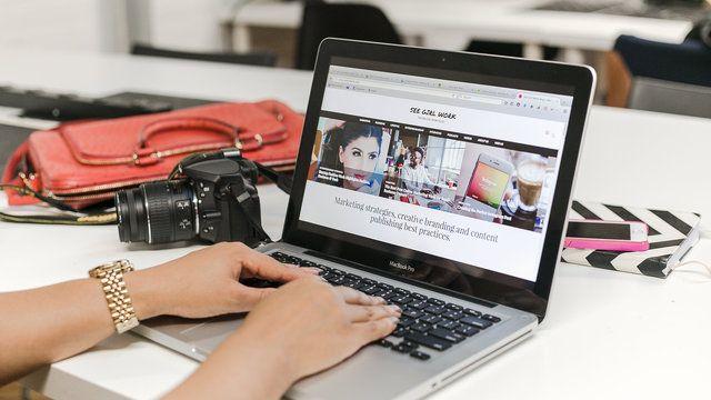 Ręce na laptopie
